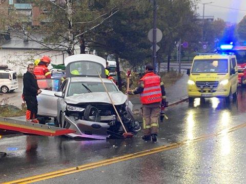 TOTALSKADET: Personbilen ble totalskadet i sammenstøtet med bussen. SVEIP FOR FLERE BILDER.