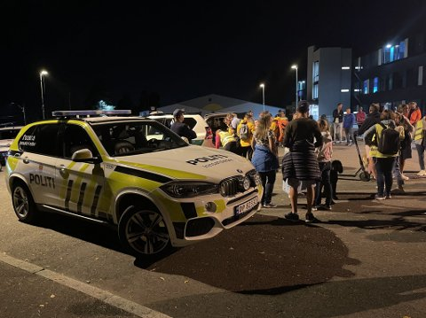 LETEAKSJON: Norsk folkehjelp og politiet var på plass på Nordseter skole i forbindelse med leteaksjonen.