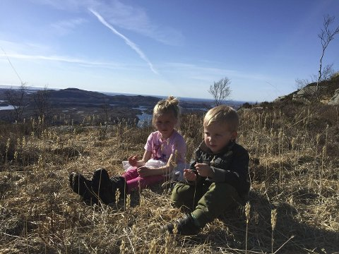UT PÅ TUR: Ada (5) og Brede (2) tar en pause i solen på Midtbøfjellet.