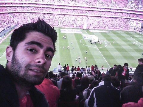 FOTBALLGAL: Milan sin store lidenskap er fotball, og laget han heiar på er Benfica. Her er han på Benfica Stadium.