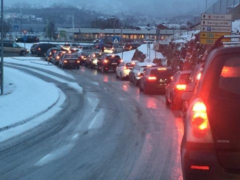 KAOS: Slik ser det ut frå Knarvik senter, fredag ettermiddag.