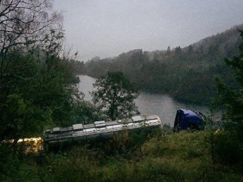 Fulllasta tankbil har køyrd seg fast i Kleivdalsvegen.