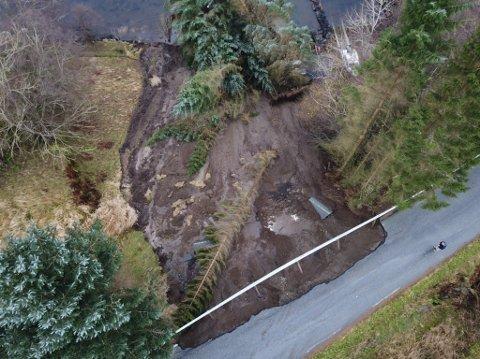 Torsdag forsvann halve vegbana på ei strekke på kring 50 meter på fv. 57 i Gulen. Det vil ta tid før vegen vil kunne opne att.