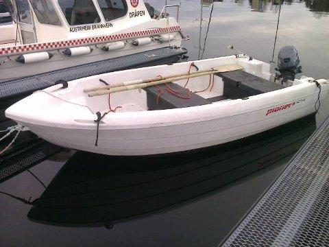 Båten ligg i Mastrevikane i Austrheim kommune.