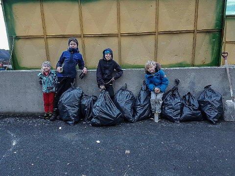 Sam Fosse Kalnes (4), Jonas Nordtvedt (12 år), Noa Fosse Kalnes (11) og Teo Fosse Kalnes (8) tok sjølv initiativ til å samla saman boss i strandkanten etter historia om kvalen med plast i magen.