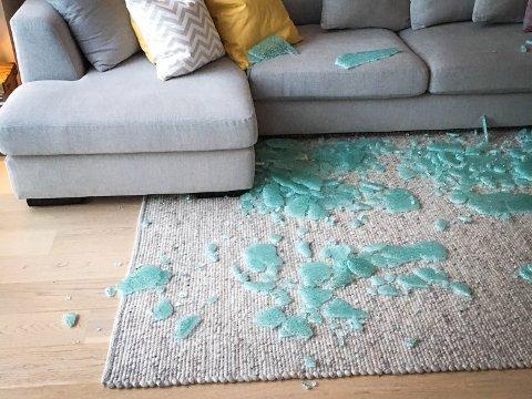 SMADRA: Dette var synet som møtte familien Sætre på morgonkvisten natt til onsdag. Glasbordet eksploderte i tusen bitar midt på natta.