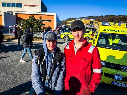 Sebastian Midtgård og Eirik Fjeldstad var to av mange elevar som måtte evakuera frå Knarvik vidaregåande skule då det byrja å brenna der, tysdag.