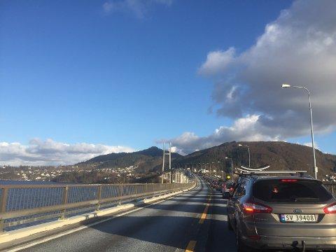 Køen på E39 i sørgåande retning strekte seg over Nordhordlandsbrua. Foto: Nh-tipser
