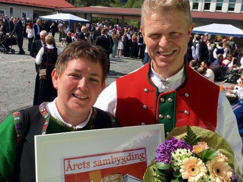 Leiar i Bygdelaget 5915, Inger Helen Midtgård, hadde æra av å overrekka prisen for årets sambygding til Cato Lyngøy. Som prov på den store heideren fekk han sitt portrett i Håvard Giezendanner sin humoristiske strek.