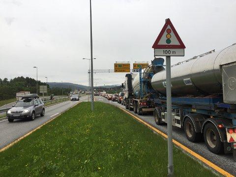 Bilde er tatt på E39, sør for Eikåstunnelen måndag kveld. Det stod kø tvers gjennom Eikåstunnelen, og også gjennom Hordviktunnelen i sørgåande retning.