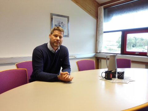 Olaf Hella, tenesteleiar for skule i Alver kommune, fortel at dei ser etter nokon som kan leie det pedagogiske arbeidet på skulen, og som kan vere med på å ha eit godt lærings- og arbeidsmiljø for dei som jobbar der.