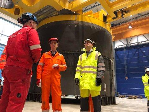 Olje og energiminister Terje Søviknes var måndag hjå Radøygruppen og han var imponert over kva han fekk sjå.