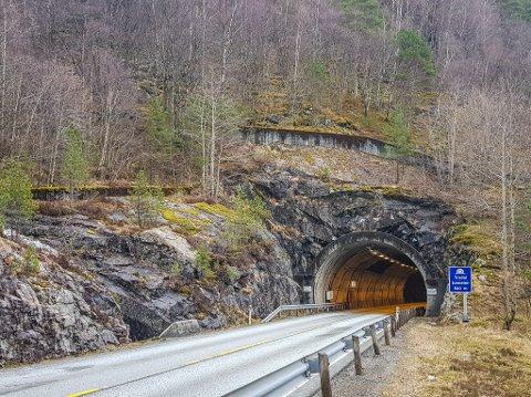 Trodaltunnelen og Matrebergtunnelen stengde i fleire timar etter det raste stein frå taket. Ein bil blei totalskadd i hendinga.
