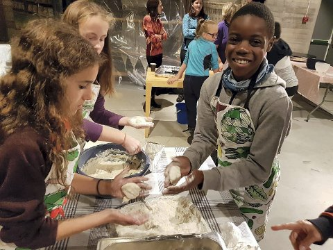 Saman om stumpekaker: God stemning medan elevane lagar stumpekaker.