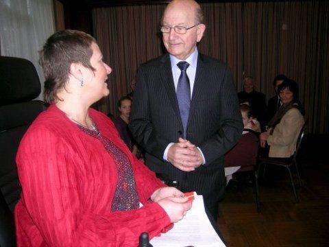 KONGESØLV: Nh-gründar og mangeårig styreformann Bernt Tungodden då han mottok kongens fortenestemedalje i sølv i desember 2006. Dåverande Lindås-ordførar Tove Linnea Brandvik stod for tildelinga.