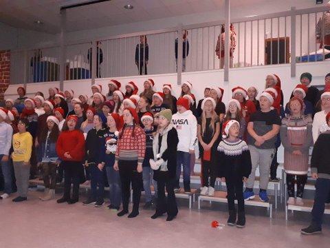 Elevane på Lindås barneskule viste fram deira versjon av Putti Plutti Pott.