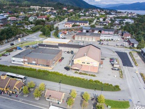 COOP EXTRA: Her på den berømte Coop-tomta vil Coop Hordaland etablera ein butikk på 2000 rutemeter og fire etasjar med leiligheiter oppå. Coop vil ha eigen nedkøyrsel til parkeringsanlegget, men kommunen seier nei.