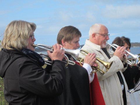 Musikantar frå Hordabø skulemusikklag og Manger Old Star spelar, og gjev ei fin ramme rundt opninga av nasjonaldagen.