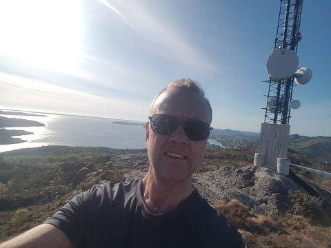 SER HAVET: Aller best likar Stig Rune Bjørkelund på turar der han kan sjå havet frå dagens turmål, her med selfie på toppen av Kvistefjellet.