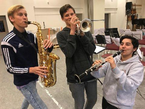 KORPS ER GØY: Frå høgre: Lars Bjørnar, Sebastian og Sabina speler kvart sitt instrument.