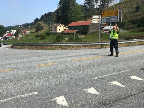 Politiet har stengt fylkesveg 57 mellom Seim og Hundvin grunna trafikkulykka.