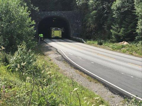 Furubergtunnelen mellom Seim og Hundvin vart klokka 11 stengt grunna frontkollisjon mellom lastebil og personbil.