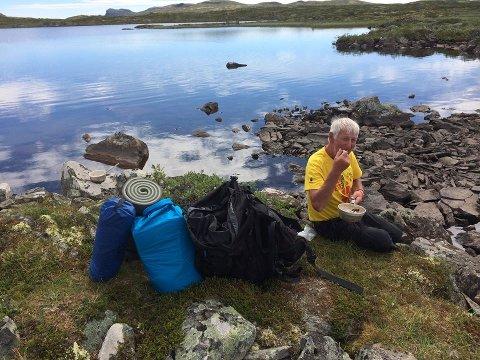 HAVREGRAUT: Atle Bondevik laga det meste av mat undervegs. Her inntar han havregraut til lunsj på Hardangervidda. – Fantastiske dagar i fjellet, seier den spreke og fjellvande lindåsingen som runda 73 i løpet av vandringa minutt for minutt med Lars Monsen.