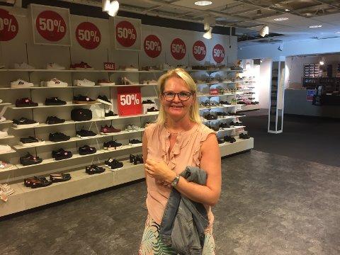 Kathrine Haaland Ekkeren eig og driv Haaland Euro Sko i Knarvik senter som hadde vasslekkasje torsdag kveld. Ho takkar brannvesenet og alle andre som hjelpte til då uhellet skjedde.