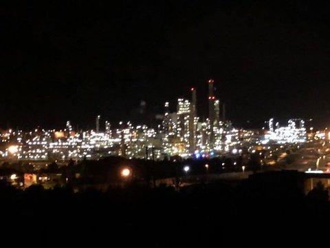 Ein tipsar har sendt oss dette bildet, kort tid etter alarmen gjekk på Mongstad. Ein ser blålysa inne på området.
