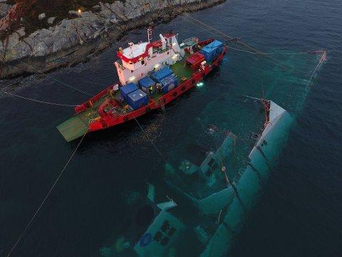 Dronebilde av redningsoperasjonen av KNM «Helge Ingstad». Foto: Forsvaret