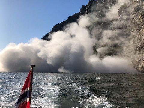 Helge Sandvik og slekten var på en rolig søndagstur da det plutselig smalt fra fjellveggen. Raset, på nordsiden av Lysefjorden ved Prekestolen, etterlot seg en massiv røyksky. Det haglet småstein, ifølge Sandvik selv.