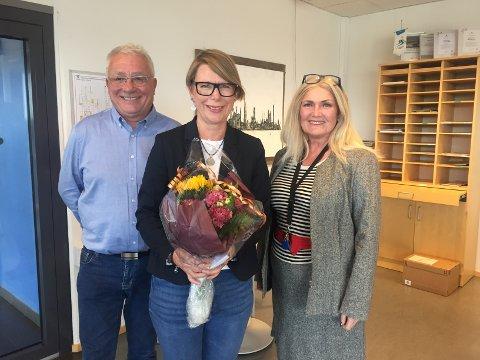 Den nye kommunalsjefen i Austrheim, Monika Kvamme (midten) saman med ordførar Per Lerøy og rådmann Liv Løvvik.