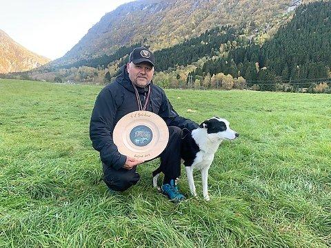FYLKESMEISTER: Stein Dalland med hunden Bob til topps i fylkesmeisterskapet for gjetarhundar. No er han klar for NM.