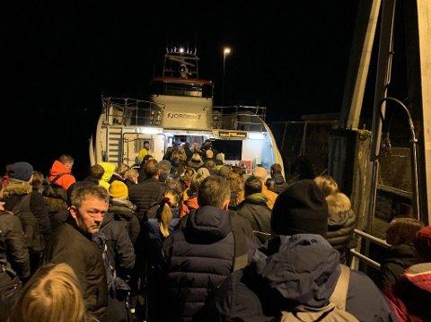 Trangt om plassen på båten frå Knarvik til sentrum.