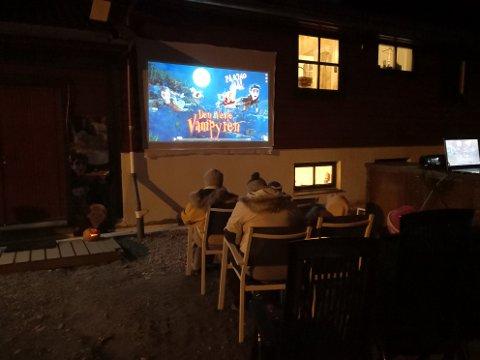 Søndag kveld vart det vist film i Modalen under stjernehimmelen.