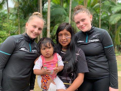 Den siste dagen av reisa møtte Oda Marie og Freya ein indianarstamme då dei tok turen til atlanterhavsregskogen i lag med nokre av barna frå Kolibri-prosjektet.  – Vi hadde aldri sett noko liknande før, seier jentene.