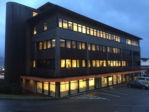 Næringsbygget i Knarvik som husar mellom anna politi, NAV og bibliotek, fekk ein større vassinntrenging i kjellaren seint søndag kveld.