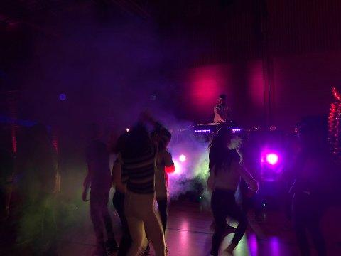 Liv og spenning på dansegolvet i Lindåshallen