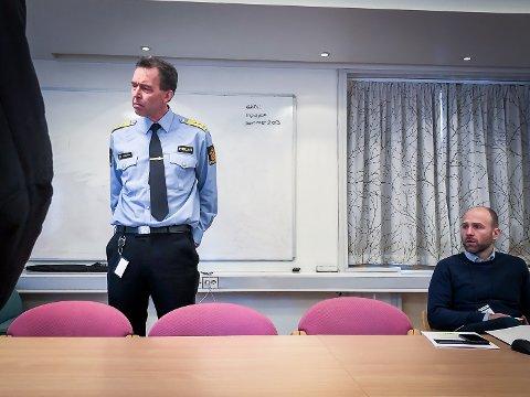 Politimeister Kåre Songstad seier at dei framover må satsa enno meir på å avdekka kriminalitet på nettet. Her med kommunikasjonsrådgjevar i politiet, Arne Lutro.