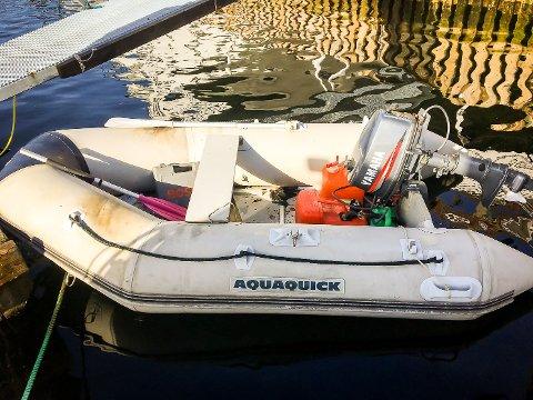 Båten er levert attende til eigaren, men politiet leitar mellom anna etter eigaren til denne motoren som er festa på båten.