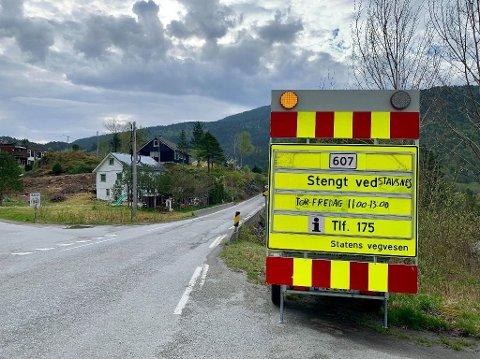 Fylkesveg 607 blir stengt mellom Stavsneset og Tveit på strekninga mellom Leirvik og Lavik i periodar torsdag og fredag.