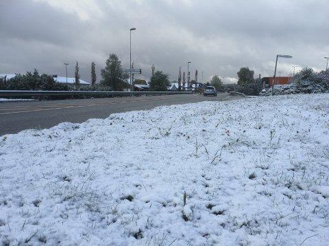 E39 gjennom Knarvik var fri for snø, men utanfor vegen har snøen lagt seg.