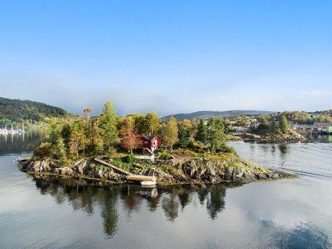 Har du 4,5 millionar kroner å bruka, kan du kjøpe deg din eigen øy med både hytte, naust og kai, sentralt plassert i Krossnessundet.