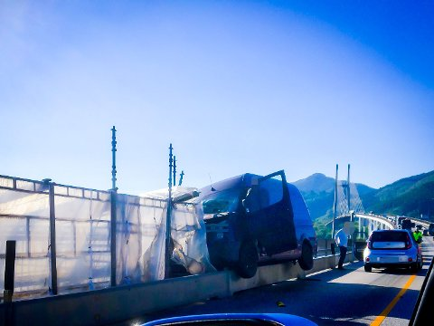 Ein bil med to personar i har krasja på Nordhordlandsbrua, tysdag morgon.