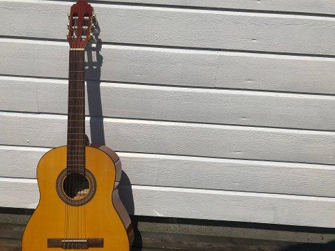 Kvifor ikkje lære seg å spele gitar i løpet av sommarferien?