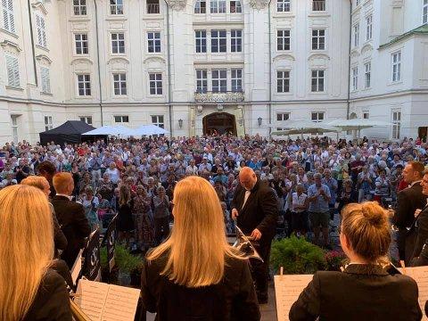 FANTASTISK KONSERT: EBML leverte ein strålande promenadekonsert for eit talrikt publikum i Innsbruck. Det vart også markert at Reid Gilje har vore korpset sin musikalske leiar i 20 år.