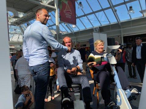 Nils Marton Aadland (H) og Erna Solberg (H) fekk seg ein god sykkeltur då dei fekk prøve Motitech.