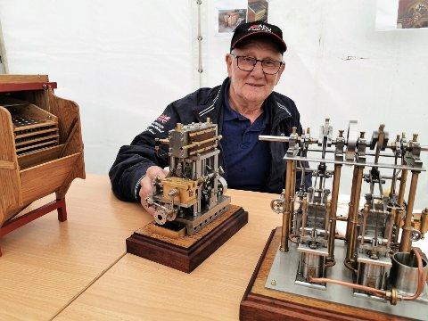 IMPONERANDE ARBEID: Magnus Sætre viste fram dei fantastisk flotte miniatyrutgåver han har laga av gamalt utstyr han har ståande i løa.