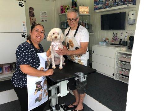 Ekteparet Gunnar og Carla Kvalheim driv «Cabella Pet shop og hundefrisør».