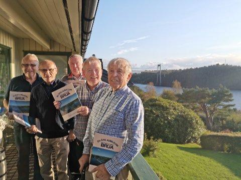 Nordhordlandbrua fyller 25 år sundag 22. september 2019. Ei bok frå opninga er trykt opp i nytt opplag, med ein tilleggsdel om ringverknadane. Boknemnda er Einar Vatne (f.v.), Paul Scholz, Rune Brundtland, Arthur Kleiveland og Johannes Fosse.